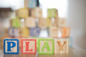 Blocs en bois formant un mot PLAY emballant vos enfants&#039 ; jouets